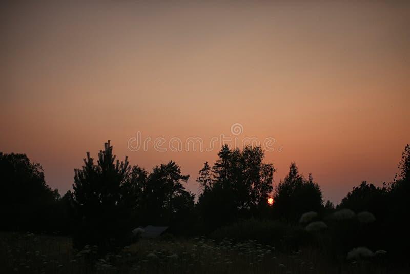Campo de la puesta del sol del paisaje de la casa de campo foto de archivo