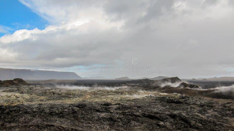 Campo de lava de cocido al vapor al vapor inmóvil enorme en el área volcánica de Krafla, área del lago Myvatn, Islandia septentri imagenes de archivo