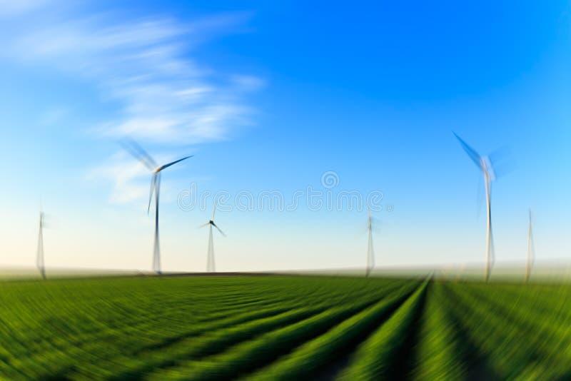 Campo de los molinoes de viento de la parte radial de la falta de definición de las cosechas imagen de archivo