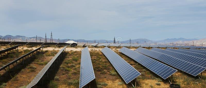 Campo de los paneles solares con el cielo nublado imagen de archivo libre de regalías