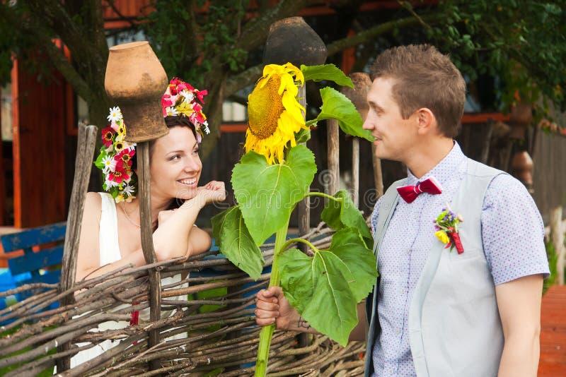Campo de los pares de la boda fotografía de archivo