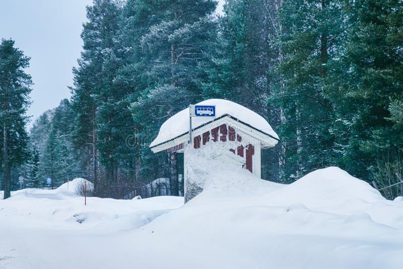 Campo de madera del invierno de la parada de autobús en Laponia Finlandia fotos de archivo libres de regalías