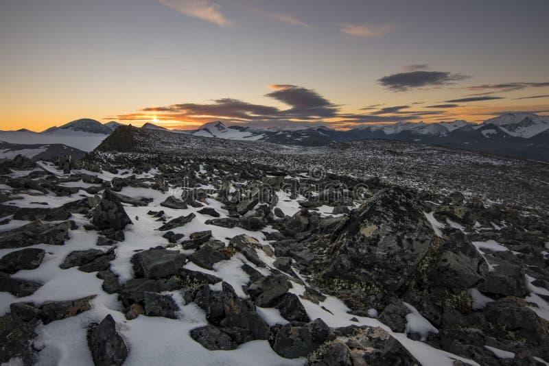 Campo de piedra cubierto con nieve en el top de Laddebakte, con hermoso foto de archivo libre de regalías