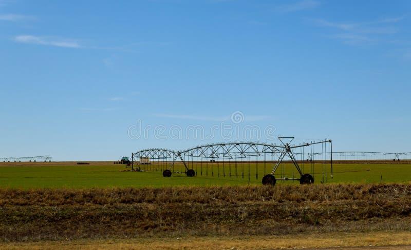Campo de riego agrícola del sistema de irrigación el día soleado fotos de archivo