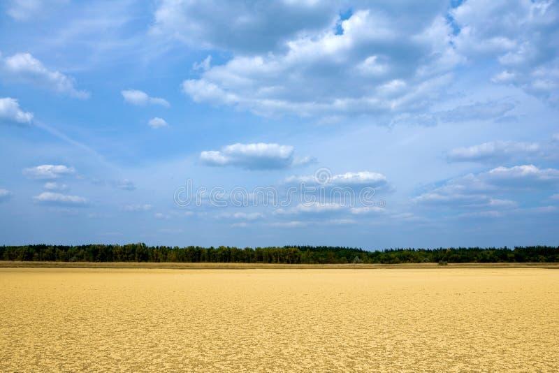 Campo de Sandy sob o céu azul fotografia de stock royalty free
