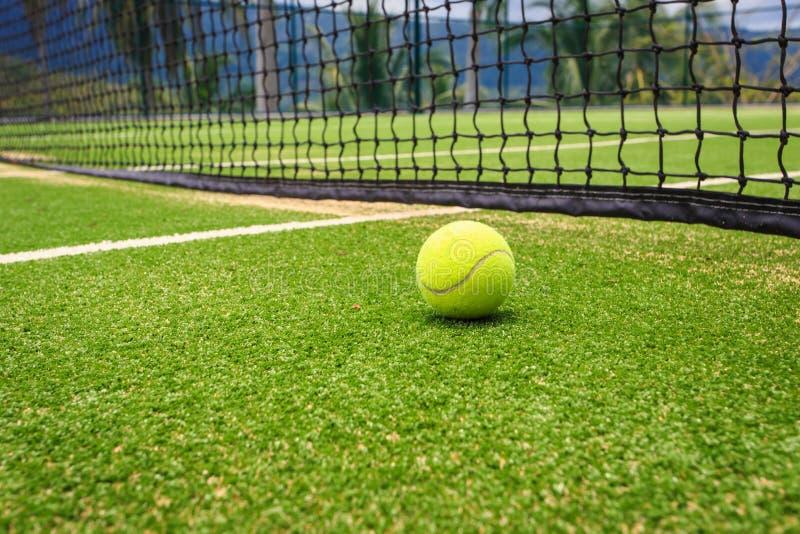 Campo de tênis com bola de tênis foto de stock royalty free