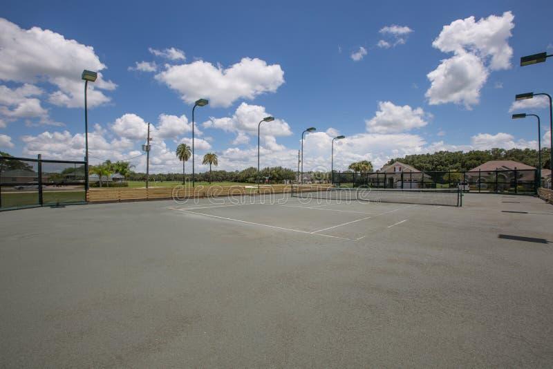 Campo de tênis em uma comunidade de Residental foto de stock