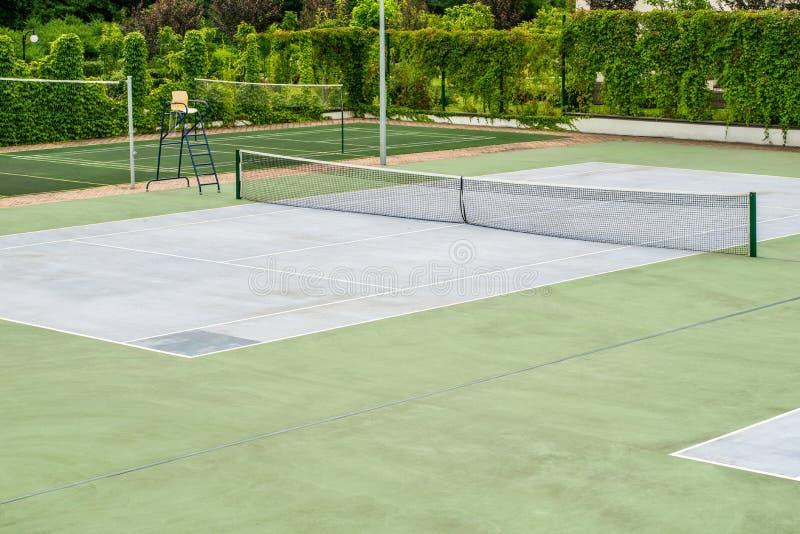 Campo de tênis vazio exterior Copie o espa?o imagens de stock