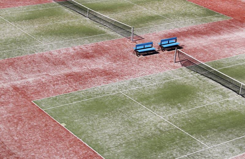 Campo de tênis verde duro vazio com rede foto de stock