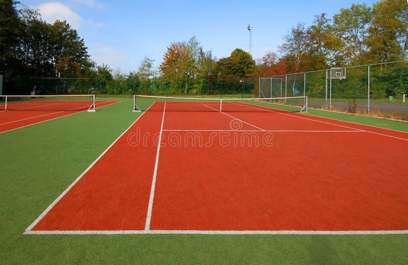 Campo de tenis bajo el cielo azul fotografía de archivo