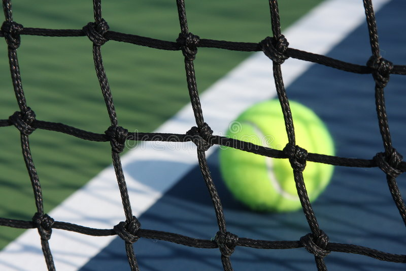 Campo de tenis con la bola imagenes de archivo