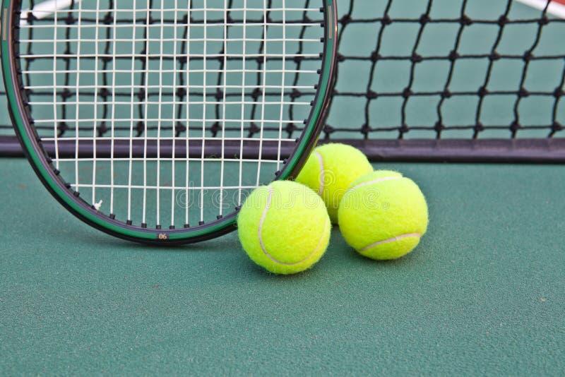 Campo de tenis con la bola y la raqueta imágenes de archivo libres de regalías
