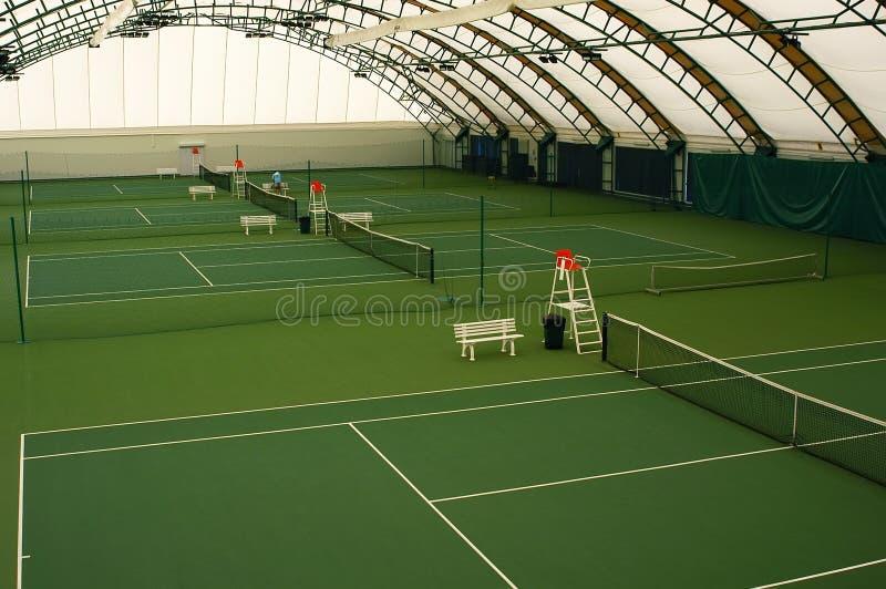 Campo de tenis de interior foto de archivo libre de regalías