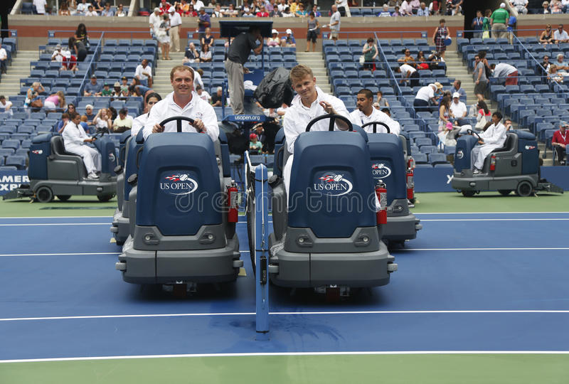 Campo de tenis de sequía del equipo de limpieza del US Open después del retraso de la lluvia en Arthur Ashe Stadium foto de archivo