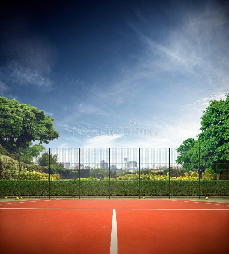 Campo de tenis en día soleado imagenes de archivo