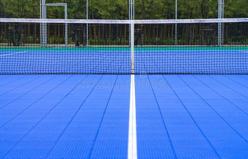 Campo de tenis en el club de tenis imagenes de archivo