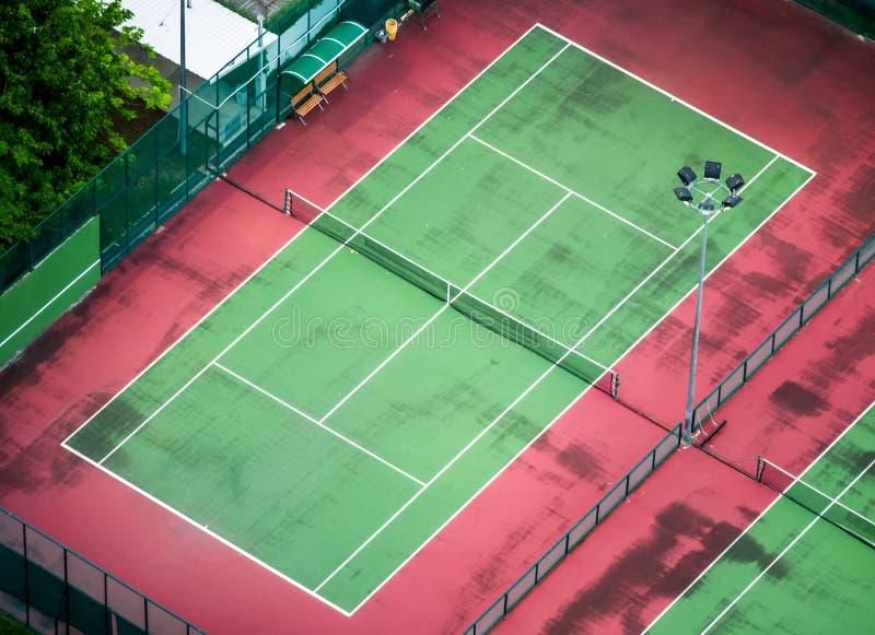 Campo de tenis viejo imagenes de archivo