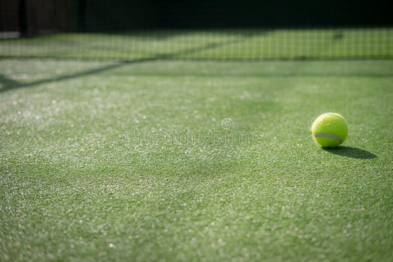 Campo de tenis y red de la paleta con una bola fotos de archivo