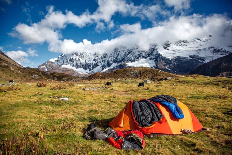 Campo debajo de Mt MaKaLu en Tíbet fotografía de archivo libre de regalías