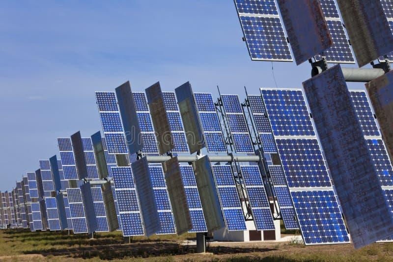 Campo dei comitati solari fotovoltaici di energia verde fotografie stock