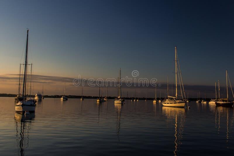 Campo del amarre de St Augustine en la puesta del sol con los veleros en el fondo imagen de archivo