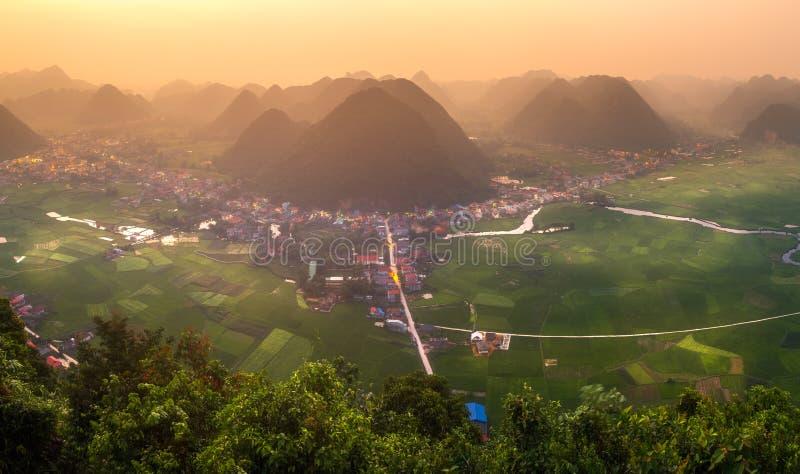 Campo del arroz en valle alrededor con la opinión del panorama de la montaña en el valle de Bac Son, Lang Son, Vietnam fotografía de archivo