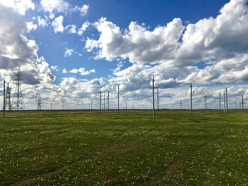 Campo del tulipano ed i cuscini di elettricità con il cielo nuvoloso fotografia stock libera da diritti