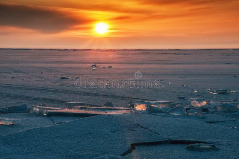 Campo delle collinette del ghiaccio sul lago Baikal congelato Tramonto fotografie stock libere da diritti