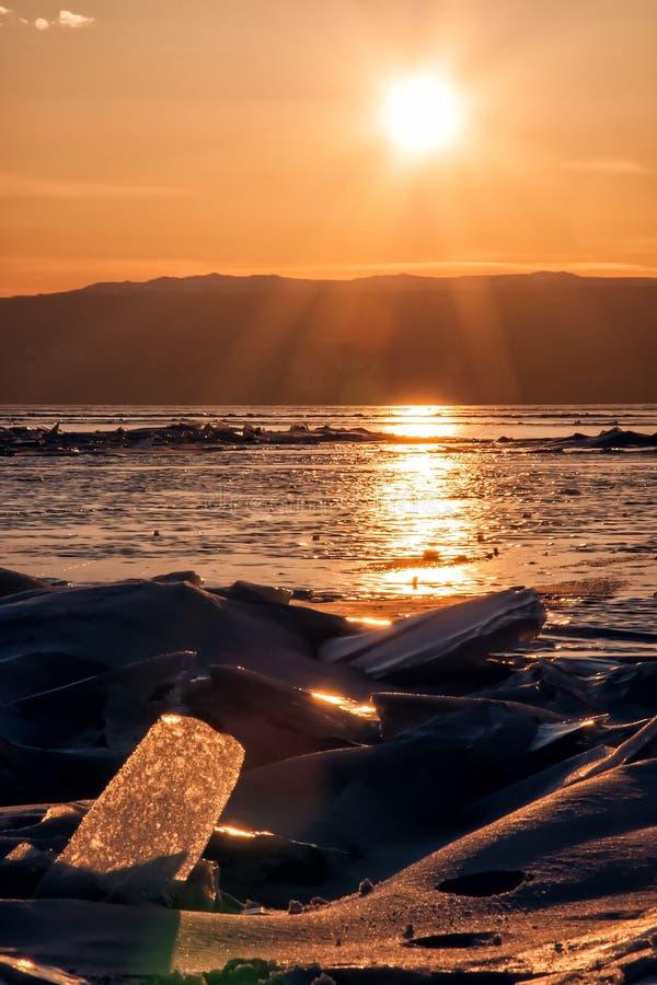 Campo delle collinette del ghiaccio sul lago Baikal congelato Tramonto fotografie stock
