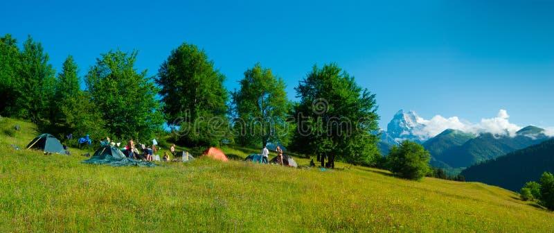 Campo delle viandanti vicino a Ushguli, Georgia. fotografia stock libera da diritti