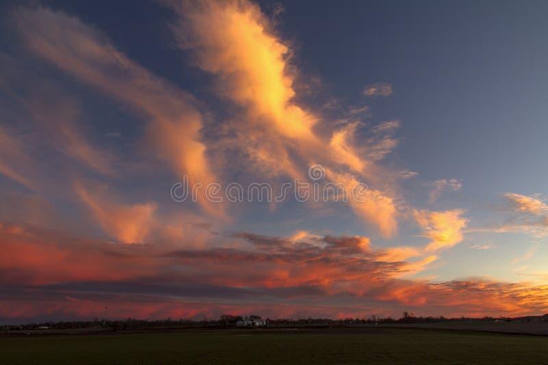 Campo desencapado no por do sol com nuvens foto de stock royalty free