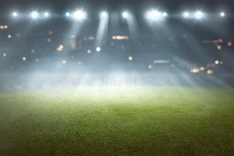 Campo di calcio con il riflettore della sfuocatura fotografia stock