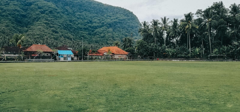Campo di calcio semplice, con una regolazione naturale, nel villaggio di Bali Indonesia fotografia stock libera da diritti