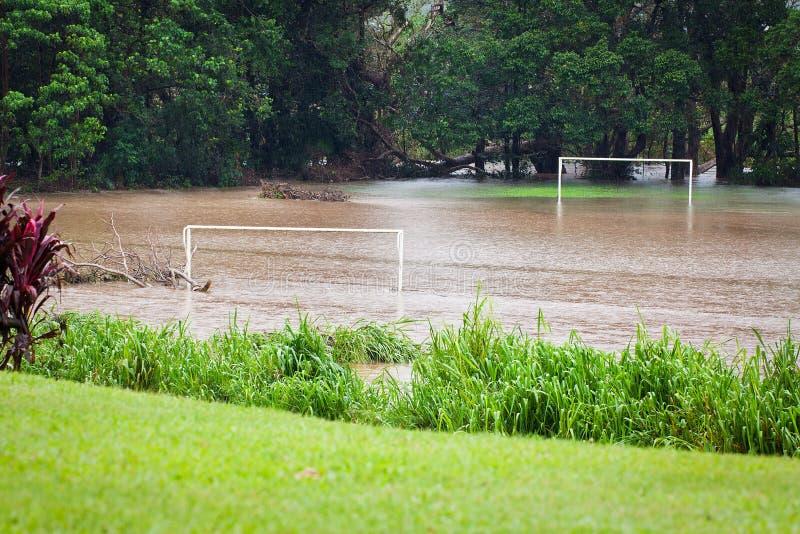 Campo di calcio sommerso dopo pioggia persistente fotografie stock