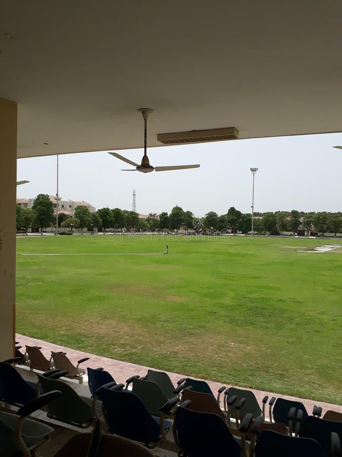Campo di cricket al giorno immagini stock