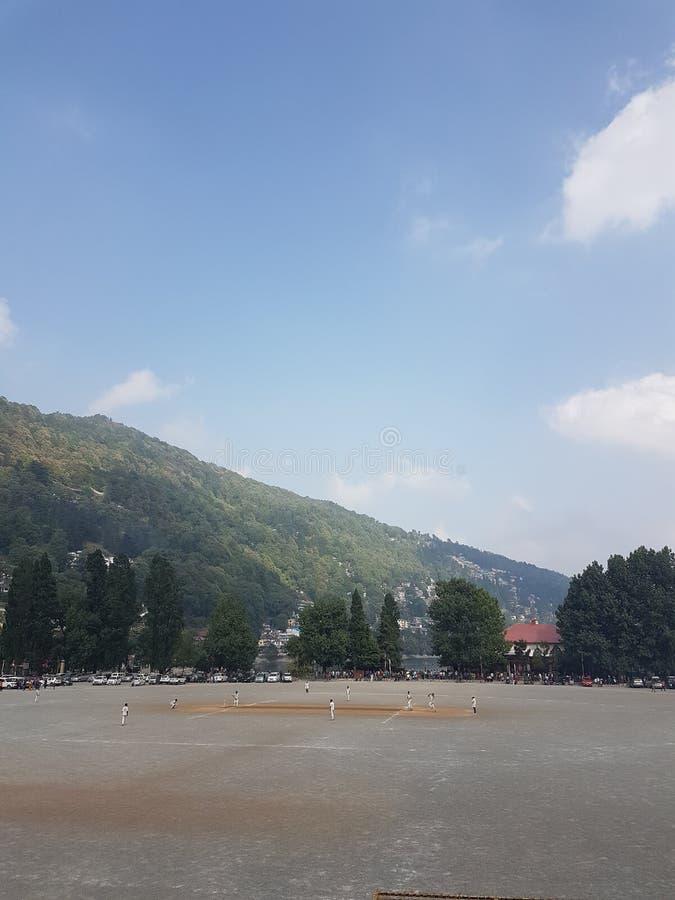Campo di cricket fra le montagne fotografia stock