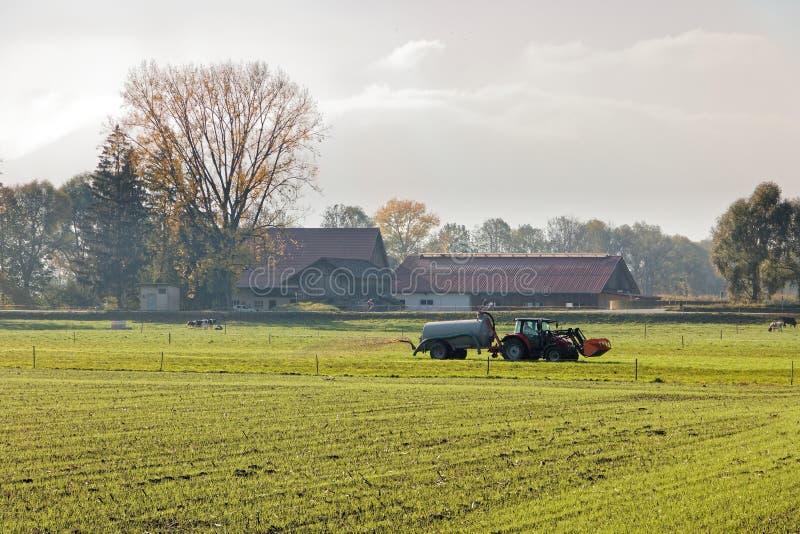 Campo di fertilizzazione dell'agricoltore della valle del Reno prima dell'inverno fotografie stock