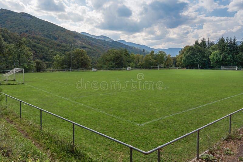 Campo di football americano ad altezza situata fra le montagne dell'AR immagine stock libera da diritti