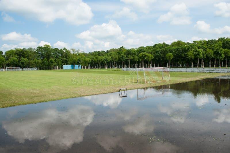 Campo di football americano, inondazione, pozza, nuvola, disastro naturale, mutamento climatico immagini stock libere da diritti
