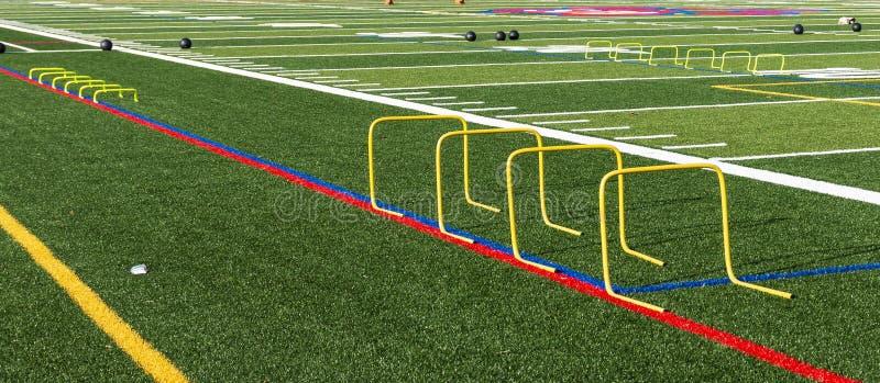 Campo di football americano installato con le mini transenne e palle mediche fotografie stock