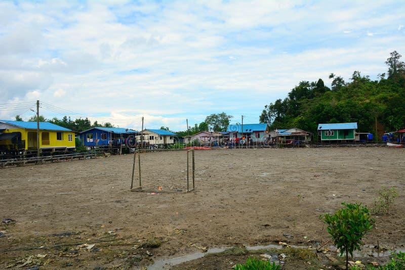 Campo di football americano nel villaggio, Kampung Salak, Borneo, Malesia immagine stock libera da diritti