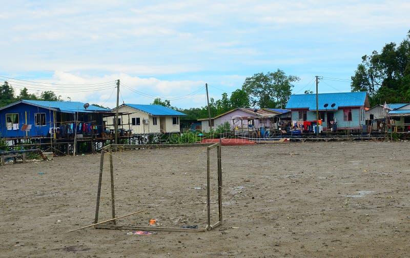 Campo di football americano nel villaggio, Kampung Salak, Borneo, Malesia immagini stock libere da diritti