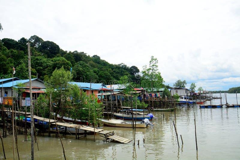 Campo di football americano nel villaggio, Kampung Salak, Borneo, Malesia fotografie stock