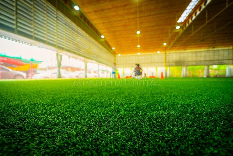 Campo di formazione di calcio dell'interno dell'erba del manufatto immagini stock libere da diritti