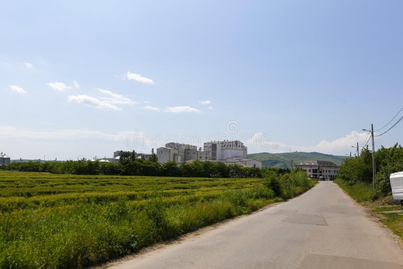 Campo di grano e la fabbrica vicino a Urlati fotografia stock libera da diritti