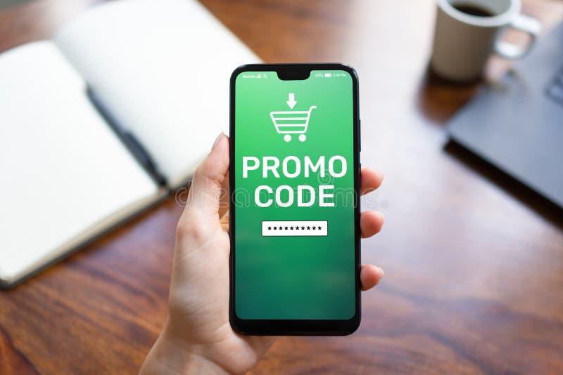 Campo di numeri del buono di sconto di codice promozionale sullo schermo del telefono cellulare Concetto di vendita e di affari fotografie stock