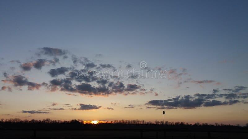 Campo di sera nel tramonto fotografia stock libera da diritti