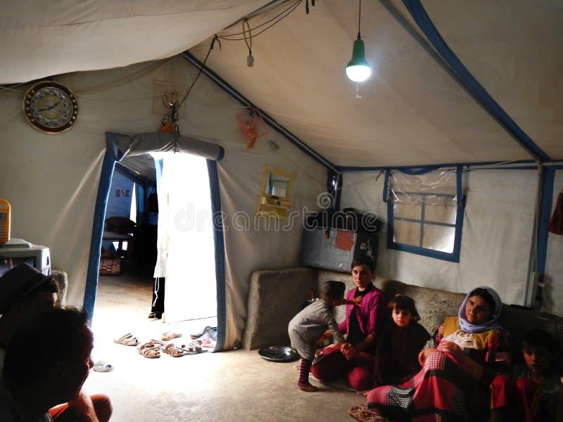 22 05 2017, campo di Sheikhan, Irak : Famiglia di Yazidi dentro una tenda del rifugiato nell'Irak del Nord vicino a Mossul che fu immagine stock