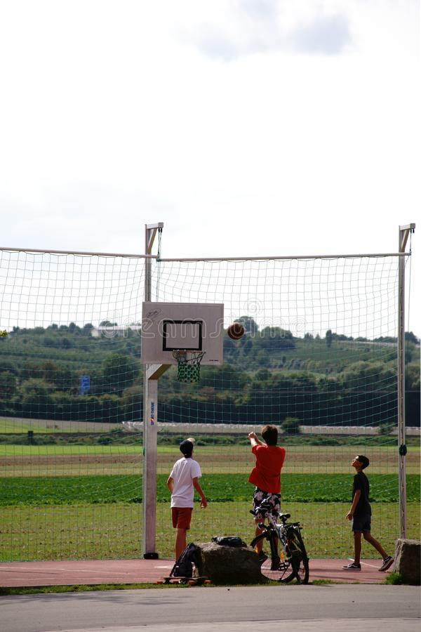 Campo do basquetebol na arena de Opel imagens de stock