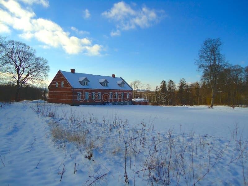 Campo do inverno com casa e neve imagem de stock royalty free